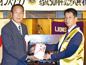 式典に臨んだ直井陽会長(右)と加山市長