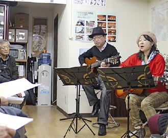 岩澤健三さん(中央)と由美子(右)さん