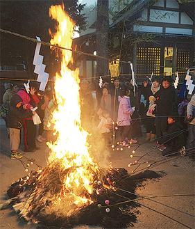 二宮神社でのどんど焼きのようす