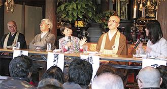 パネルディスカッションの様子。左から原住職、養老氏、阿川氏、横田氏、司会の渦巻恵さん=2日、本堂で