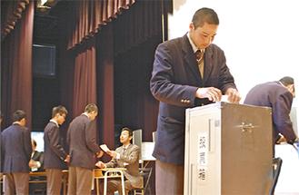 模擬投票を行う生徒ら