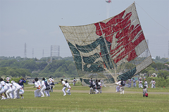 写真は昨年の様子を撮影した「平成27年相模の大凧まつり写真コンテスト」で、62作品の中から最優秀賞に選ばれた『揚がれ、あがれ』