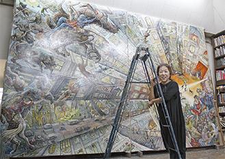 新作『眸(まみ)ひらく明日』(油彩・画布)の前で、50年来の「相棒」の脚立にもたれる遠藤さん=5日、西大沼の自宅アトリエで