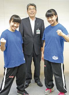 岡本教育長(中央)を挟んで笑顔でポーズする普光江さん(左)と茂木さん