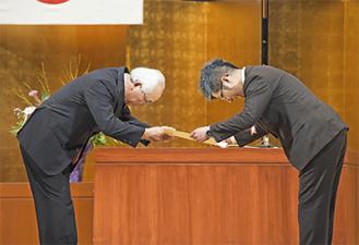 市社協から表彰を受ける鈴木隆社長(右)