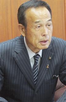 インタビューに答える加山市長