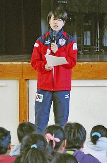 児童に熱心に語りかける石田選手