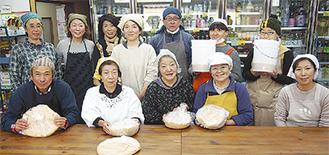自分たちで仕込んだ味噌を手に笑顔の参加者