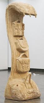 高さ190cmの木彫作品「カバン」