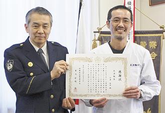 今井さん(右)と中崎署長