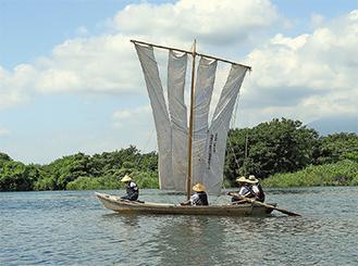 今では相模川の夏の風物詩ともなる帆かけ船を写した、長谷川さんの作品「涼風をうけて」