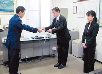 感謝状を受け取る小嶋さん(中央)と大澤さん