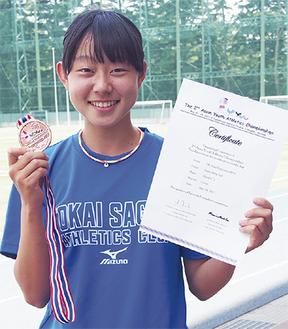 メダルと賞状を手に笑顔の藤山さん=3日、東海大相模高校