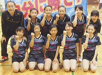 笑顔を見せる安藤監督(後列左)と女子団体チームの選手たち