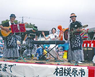 以前に「気仙沼みなみまつり」のパレードに参加した時の様子。左端でギターを持っているのが澤村宗さん