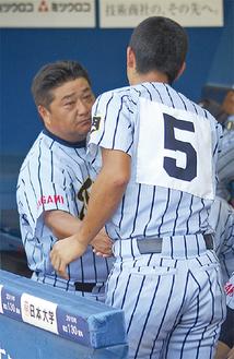 試合後、握手をかわす門馬監督と大選手