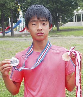 2つのメダルを手にする坂本健英君