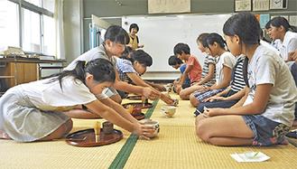 教室に畳を敷いて茶道を体験