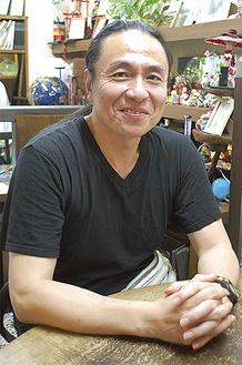 インタビューに答える臼木英之さん=カフェギャラリーR2で