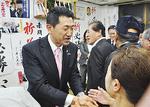 小選挙区で当選し支援者と握手する赤間氏