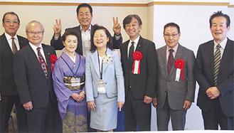 記念撮影に応じる中畑清氏(後列中央)