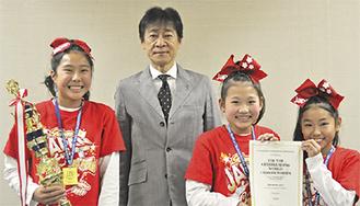 (左から)笹原さん、野村教育長、高野さん、座間さん