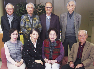 講師の戸田みどりさん(前列左から2人目)を囲む7人の出展者