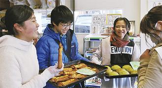 考案したパンを店頭でPRする児童たち