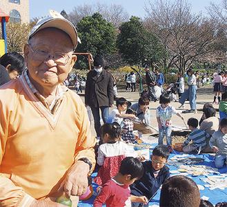 野口さんと釣り堀で遊ぶ子どもたち =3月25日