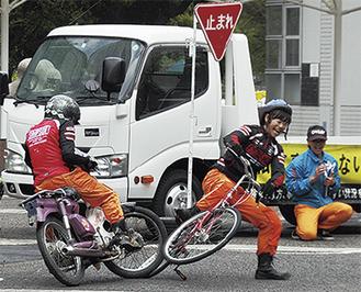 見通しの悪い交差点で二輪車が自転車に衝突