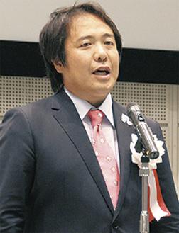 懇親会で登壇する長谷川会長