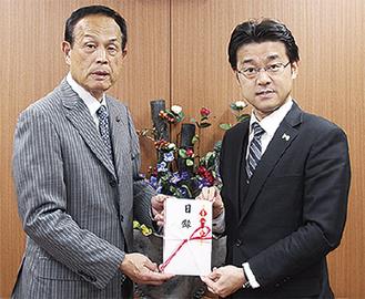 田中社長(右)と加山市長=市役所