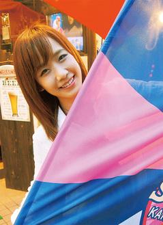 ノジマの応援旗を手に笑顔のPopLip山内志織さん