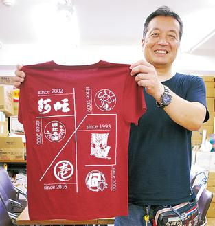 Tシャツを手に笑顔の田中さん
