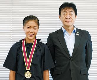メダルをかける石原さんと野村教育長