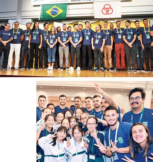 (上)来相したブラジル選手団(右)市水泳協会の子どもたちと写真撮影を楽しむ選手たち=7月31日 相模大野