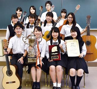 優勝記念品と各自の楽器を手に、笑顔の5年生部員