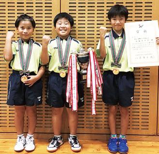 大会優勝後、笑顔を見せる(左から)黄塚くん、近藤くん、勝田くん