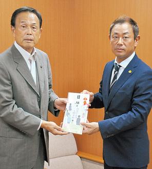 本を寄贈した赤間理事長(右)と加山市長