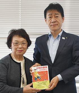 石井さん(左)と野村教育長