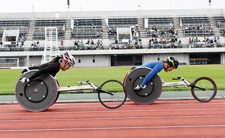 レース中の中山選手(右)安川選手(左)