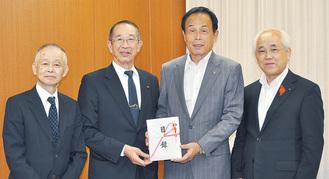 加山市長に寄付を報告した志村社長(中央左)と吉川克己調理課長(左端)=10月16日