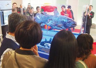 大勢の来場者が興味津々で展示に見入った