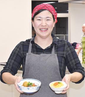子ども食堂で提供する料理を手に笑顔の六田さん