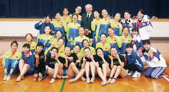 笑顔で撮影に応じる青陵高校チアダンス部の生徒と中国人学生ら