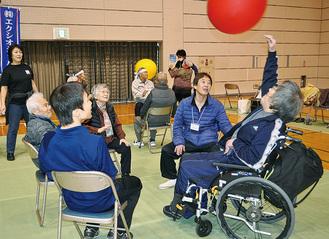 ユニークな競技で交流を深めた参加者=1日、市立総合体育館