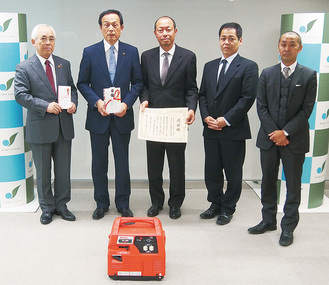 贈呈式に出席した(左から)社協・戸塚理事長、加山市長、齋藤支部長、篠崎副支部長、米山総務委員