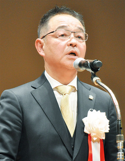 登壇しあいさつに立った川崎会長