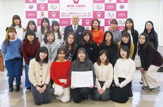 今年2月に、戸田公明大船渡市長(後列中央)を表敬訪問した復興支援学生ボランティア委員会のメンバー  =提供写真