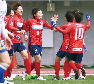 得点後、チームメイトと喜びを爆発させる中野選手【9】(中央)=21日、相模原ギオンスタジアム